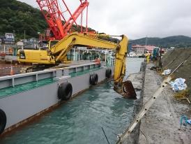 ブレーカーによる水中構造物の取壊